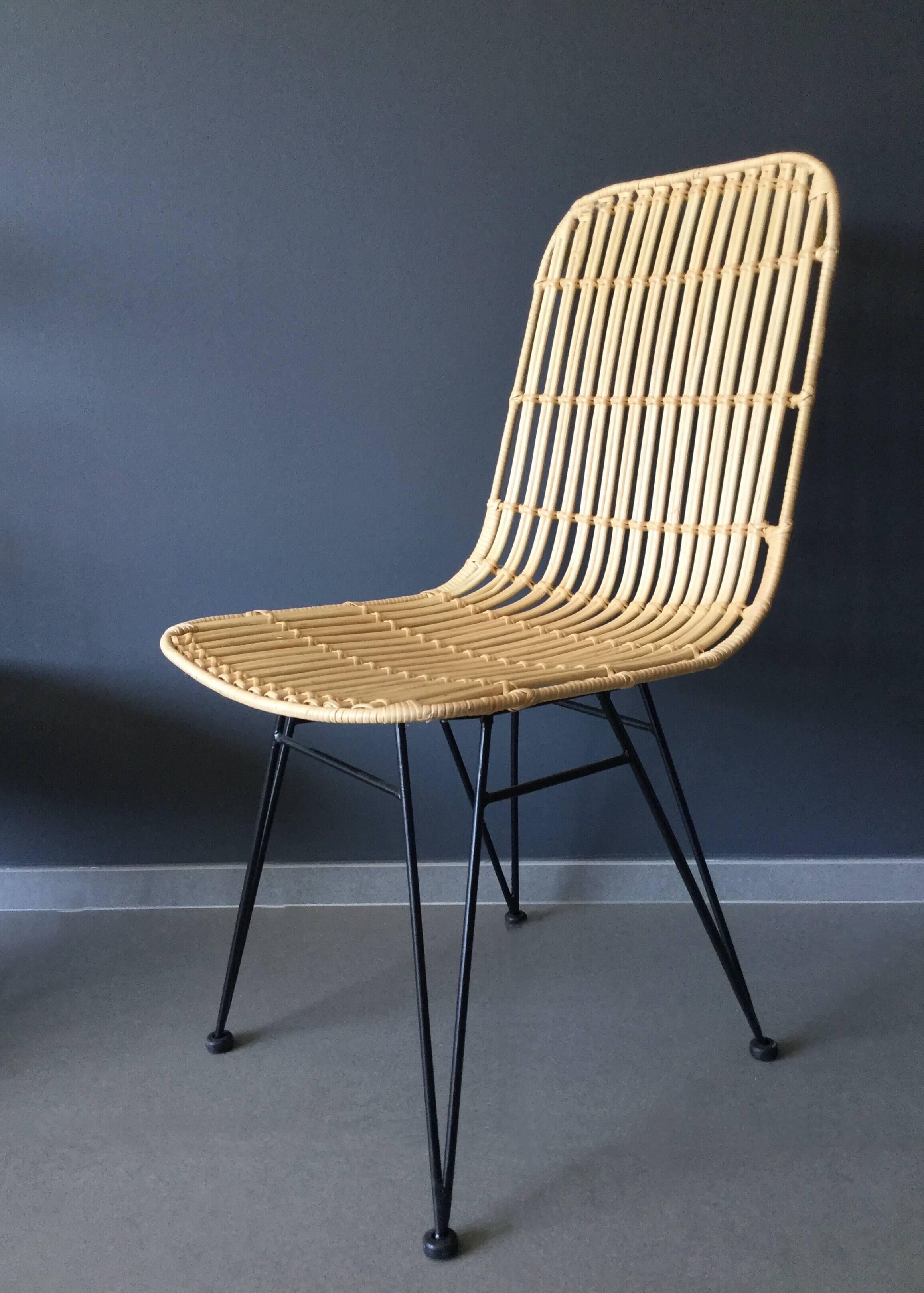 Chaise en rotin naturel et pieds m talliques noirs for Chaise en rotin et metal