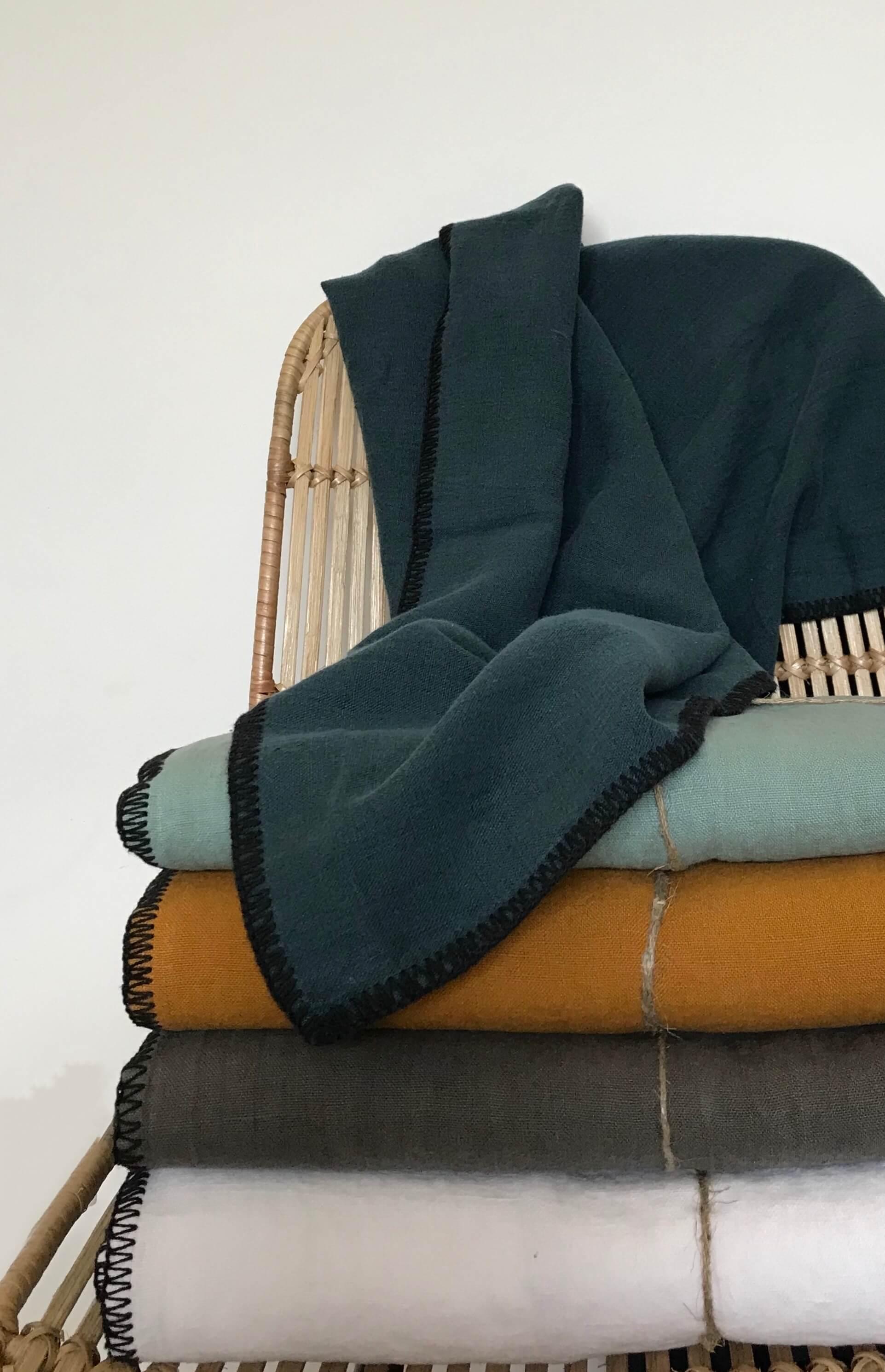 nappe en lin lav surpiq res noires 170 x 300 cm existe en diff rents coloris maison saint sa. Black Bedroom Furniture Sets. Home Design Ideas