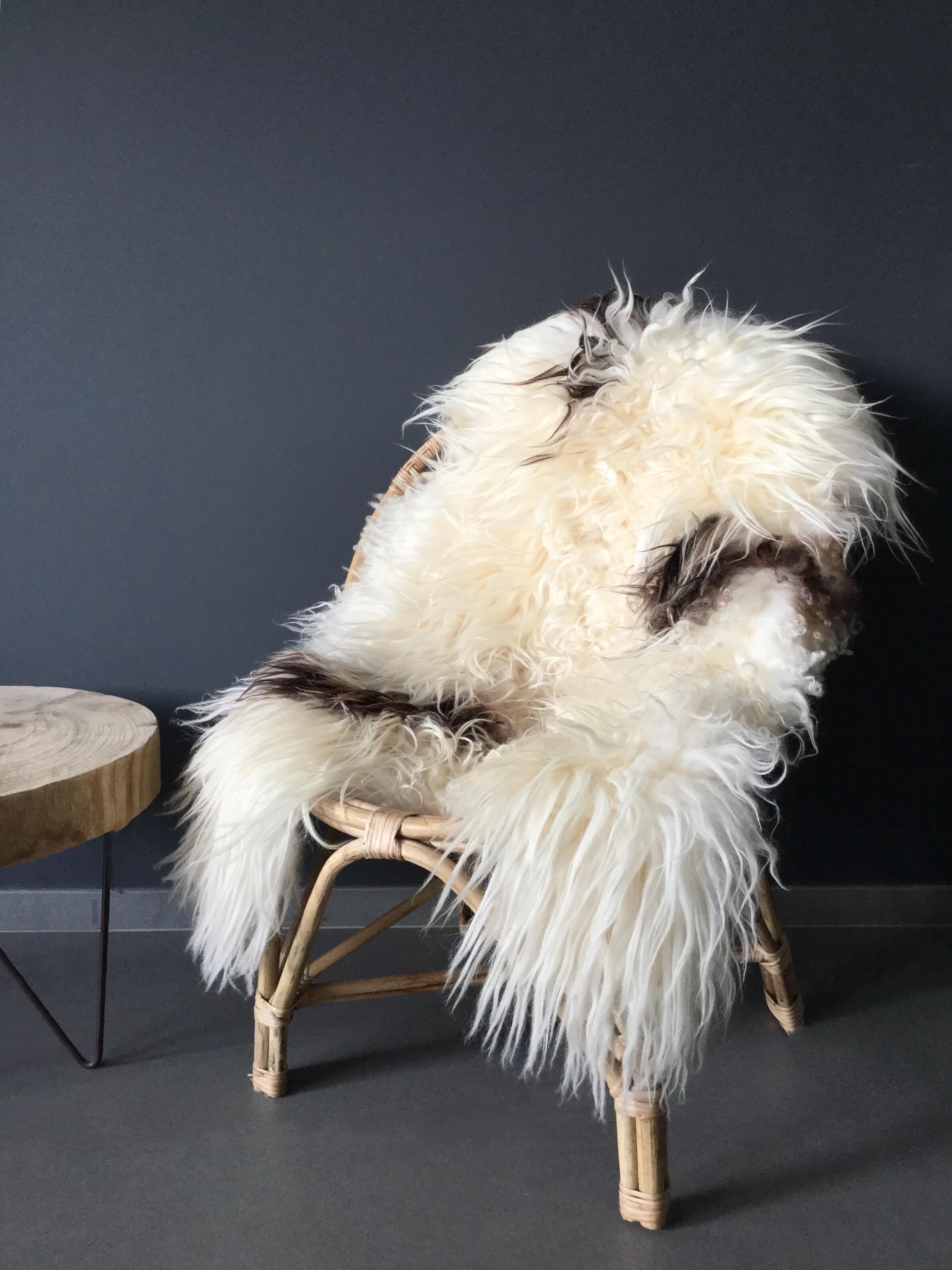 peau de mouton blanche avec t ches brunes noires maison saint sa. Black Bedroom Furniture Sets. Home Design Ideas